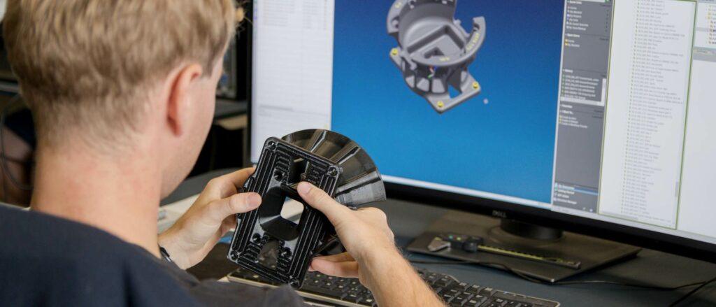 Muž drčící prototyp vytisknutý na 3D tiskárně