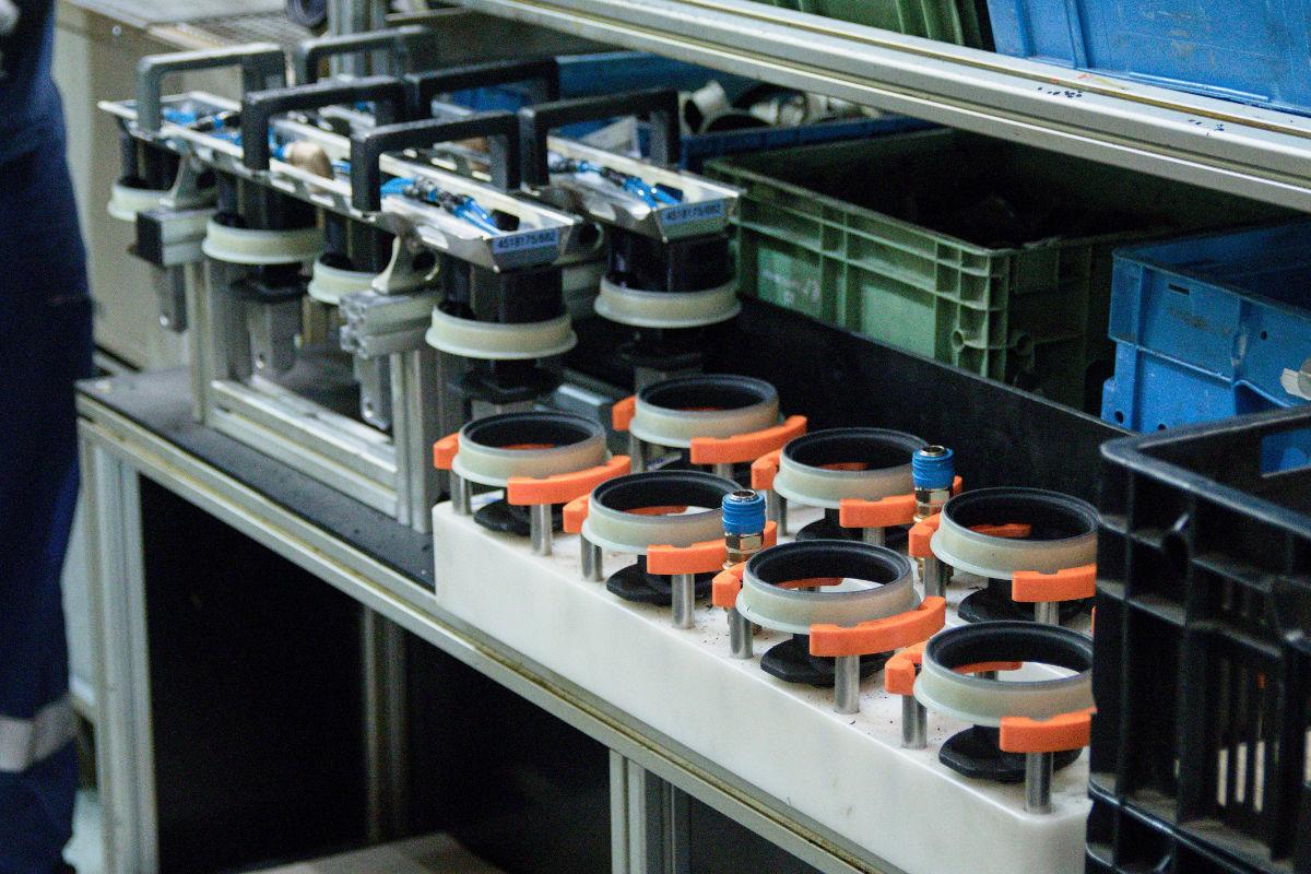 Přípravná lavice vulkanizačního lisu. Oranžové zakládací prstence jsou vyrobeny take 3D tiskem.