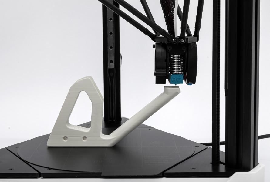 Detail tisku na 3D tiskárně s delta-kinematickým pohybem